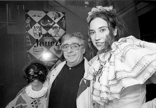 Paul Buisonneau prend la pose auprès d'amuseurs publics au Musée Juste pour Rire. Une salle consacré à La Roulotte del'arte se voulait être un hommage au créateur. (Archives La Presse)