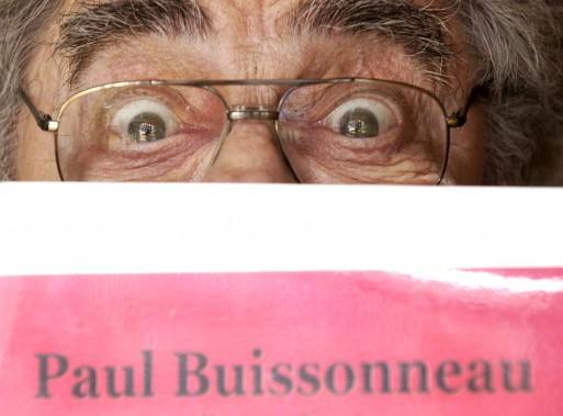 Paul Buissonneau pose derrière la couverture de son livre en 2003. (Photothèque La Presse, Bernard Brault)