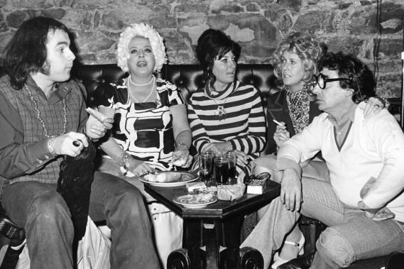 Toujours en 1971, Paul Buissonneau joue dans une adaptation de la pièce de Paul Zindel,<em>And Miss Reardon Drinks A Little</em>. Sur cette photo: le metteur en scène André Brassard, Germaine Giroux, Amulette Garneau, Andrée Lachapelle et Paul Buissonneau. (Photo: archives La Presse)