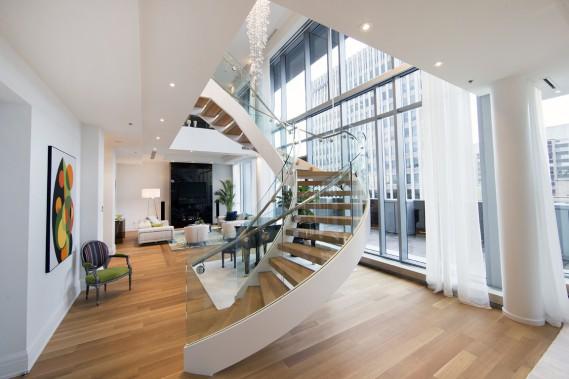 Aux 12<sup>e</sup> et 14<sup>e</sup> étages des Résidences au Ritz-Carlton, Montréal, un appartement-terrasse de 5000 pi<sup>2</sup> vient d'être aménagé, en collaboration avec Roche Bobois et Maison Lipari. Comme les trois autres penthouses, qui sont en vente, il comporte un majestueux escalier central, un ascenseur interne et une grande terrasse où peut être installé un barbecue au gaz. Son prix? 6 millions (taxes en sus). (Photo Robert Skinner, La Presse)