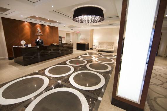 Dans le chic hall d'entrée des Résidences au Ritz-Carlton Montréal, le concierge, Alain Larouche, voit au bien-être des copropriétaires. Un chasseur et un portier sont aussi en fonction. (Photo Robert Skinner, La Presse)
