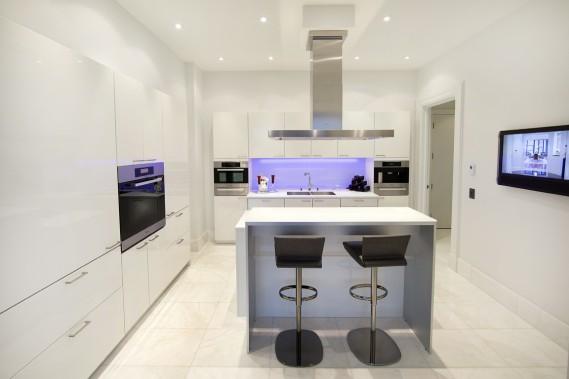 Dans la cuisine, le dosseret est pourvu d'un système de luminothérapie. Le réfrigérateur et les tiroirs de congélation, ainsi que le cellier et les tiroirs réfrigérés, de part et d'autre du fourneau encastré, se fondent dans le décor. (Photo Robert Skinner, La Presse)