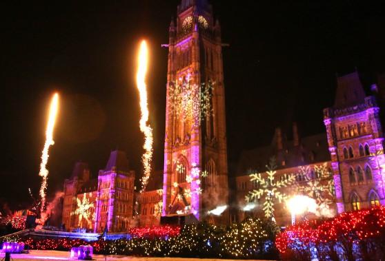 La colline du Parlement sera décorée cette année par plus de 15000 lumières DEL rouges et blanches. De plus, des flocons et des images rappelant les Fêtes seront projetés sur l'édifice du Centre, alors que les effets de lumière viendront mettre en valeur les détails architecturaux de l'édifice du Parlement. (Patrick Woodbury, LeDroit)