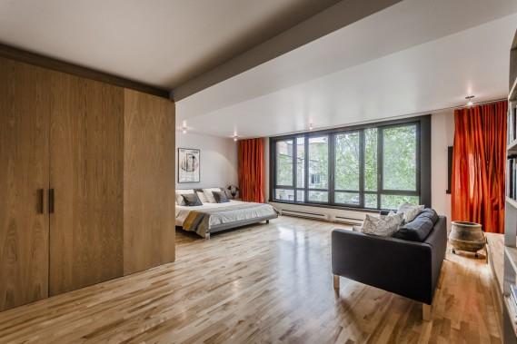La chambre, très grande et très éclairée, peut être décomposée. À noter: les portes du walk-in à gauche. (Photo fournie par Sotheby)