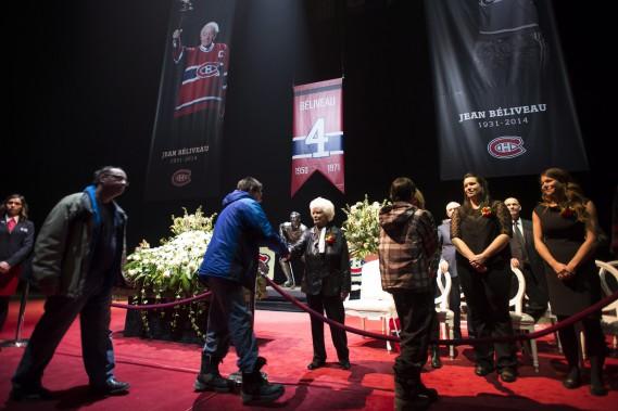 Élise, la femme de M.Béliveau, sa fille Hélène et ses deux petites-filles recevaient les condoléances du public. (PHOTO PAUL CHIASSON, PC)