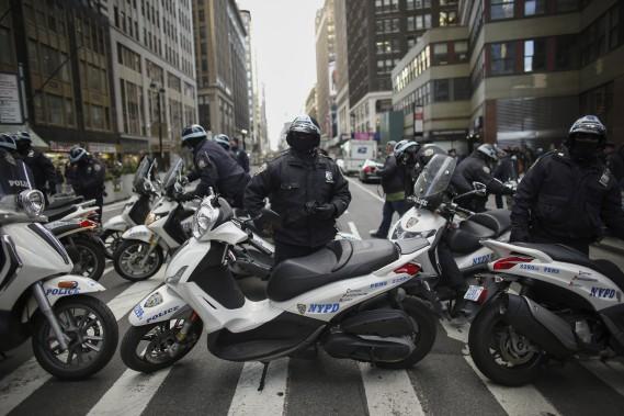 Les policiers tentent de bloquer une rue lors de la manifestation du Black Friday (Vendredi noir), à New York. (Agence France-Presse)