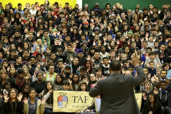 Le révérend Jesse Jackson encourage des étudiants à réciter «Hands up, don't shoot» (Les mains en l'air, ne tirez pas). Jackson s'est déplacé à Seattle après la décision du jury pour soulever les foules et réclamer un changement. (Associated press)
