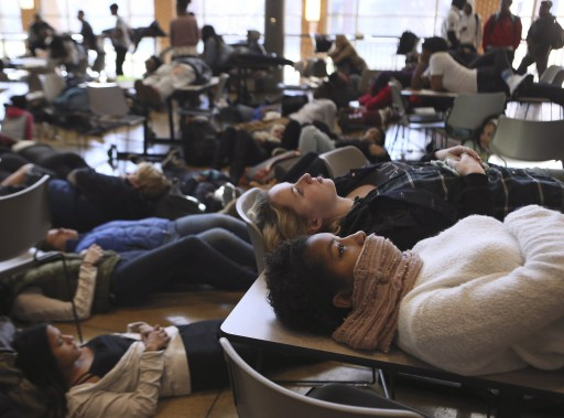 <em>Die-in </em>dans une cafétéria au Missouri, le 1er décembre. (Associated Press)