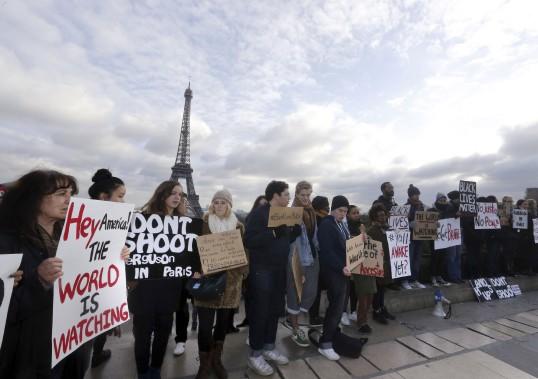 Manifestation de solidarité à Paris, le 6 décembre. (Agence France-Presse)