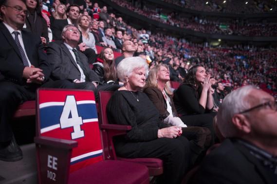 Assise à côté du siège qu'occupait habituellement son époux derrière le banc du Tricolore, Élise Béliveau n'a pas caché son émotion. (Photo André Pichette, La Presse)