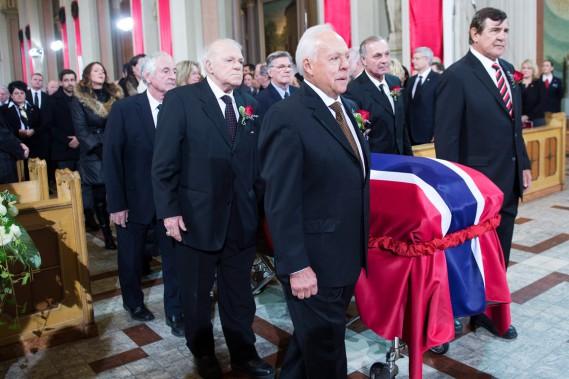 Le cercueil de Jean Béliveau a été porté par les anciens joueurs du Canadien Robert Rousseau,Jean-Guy Talbot, Phil Goyette, Yvan Cournoyer, Guy Lafleur et Serge Savard. (Photo Paul Chiasson, La Presse Canadienne)