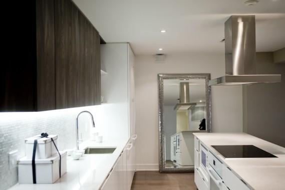 Dans la cuisine, les électroménagers et la hotte sont inclus. La plaque de cuisson et le fourneau sont encastrés dans l'îlot. (Photo Marco Campanozzi, La Presse)
