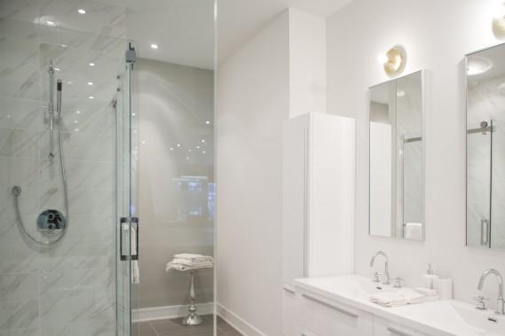 Dans la salle de bains, les lavabos et la baignoire sont en acrylique. (Photo Marco Campanozzi, La Presse)