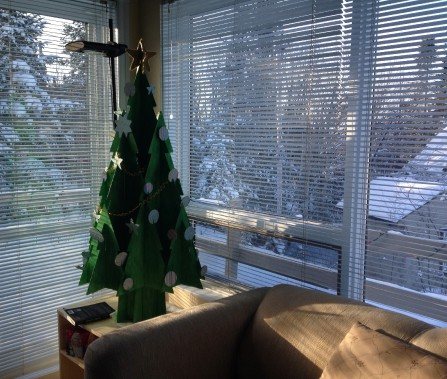 Un bricolage à faire avec les enfants. Pour réaliser ce projet, j'ai utilisé un sapin en carton de la compagnie Cascades que nous avons peint à la gouache. Les boules de Noël et les étoiles sont recouvertes de papier à scrapbooking et la guirlande est faite de nouilles. (Mélissa Bradette)