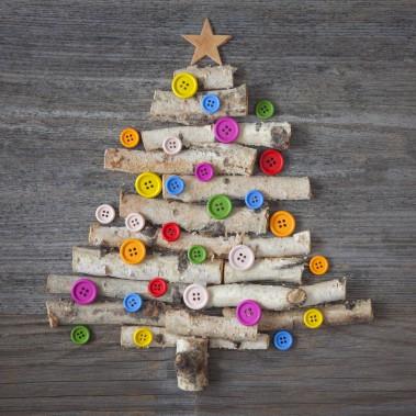 Arbre de Noël miniature fait de branches de bouleau. Des boutons font office d'ornements. (123 RF)