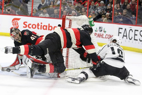 Chris Phillips fait le ménage devant Craig Anderson en poussant Mike Richards. (PATRICK WOODBURY, LeDroit)