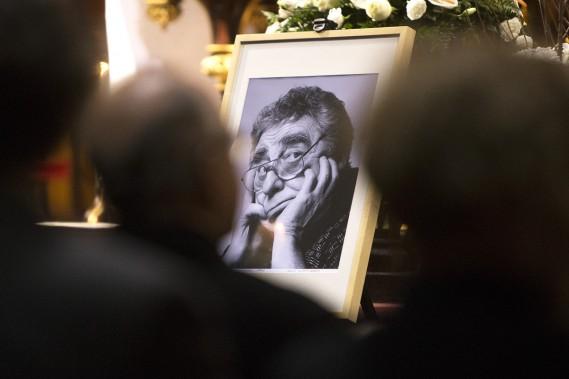 Sous le regard doux et goguenard de Paul Buissonneau, plusieurs artistes lui ont rendu un dernier hommage hier après-midi en la basilique Notre Dame de Montréal, notamment les comédiens Gilles Renaud et Valérie Blais. (Photo: Robert Skinner, La Presse)