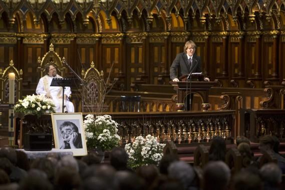 Yves Desgagnés a lu les adieux de Paul Buissonneau. À gauche, la petite mallette à maquillage dans laquelle les cendres de l'acteur et metteur en scène ont été déposées. (Photo: Robert Skinner, La Presse)