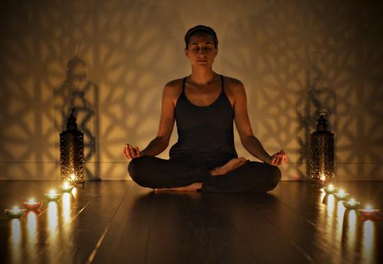 Posture de méditation du demi-lotus dans une pratique personnelle (siddhasana) (Le Soleil, Pascal Ratthé)