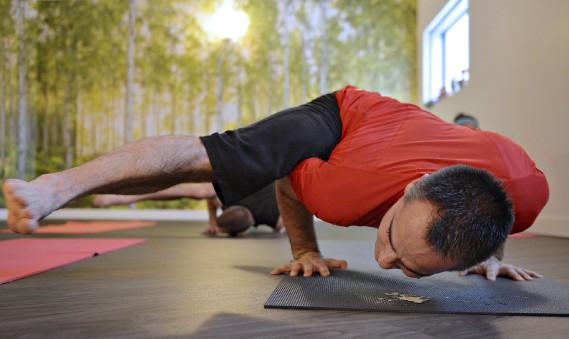 Posture de la balance à bras dans un cours de Hot Power yoga (Le Soleil, Pascal Ratthé)