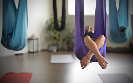 Posture de relaxation en shavasana dans un cours de AIR Yogalate (Le Soleil, Pascal Ratthé)