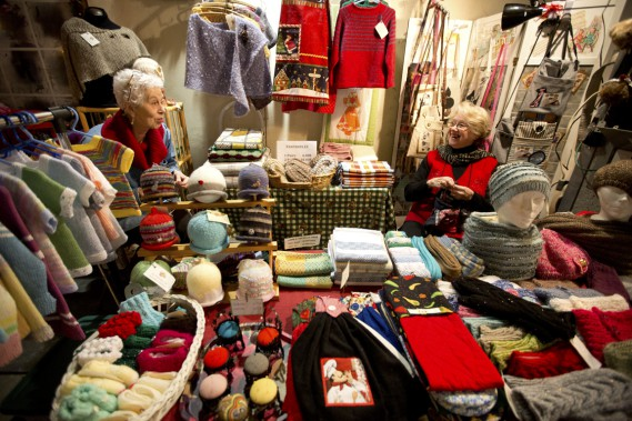 Grand-maman Marie-Louise tricote toute l'année, sans compter les heures. (Photo François Roy, La Presse)