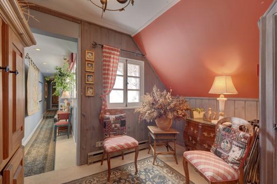 La maison est remplie de ces petits coins pour lire ou prendre l'apéro. Le rouge, à l'étage, jouxte l'une des chambres. (Photo fournie par Sotheby's Realty)