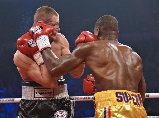 Après deux rounds où les boxeurs se sont toisés, ils ont finalement commencé à échanger des coups au milieu du troisième. (Le Soleil, Yan Doublet)