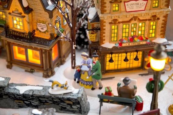 Pierre Duquette met en scène des personnages vaquant à leurs activités le matin de Noël, au milieu de maisons di XIX<sup>e</sup> siècle. (PHOTO ALAIN ROBERGE, LA PRESSE)