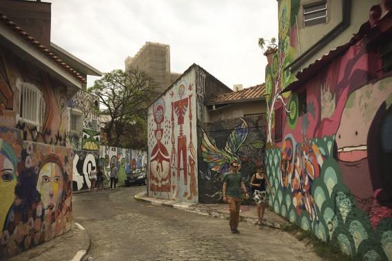 Le Beco de Batman, une ruelle du quartier de Vila Madalena célèbre pour ses grandes fresques. (Photo Simon Coutu, collaboration spéciale)
