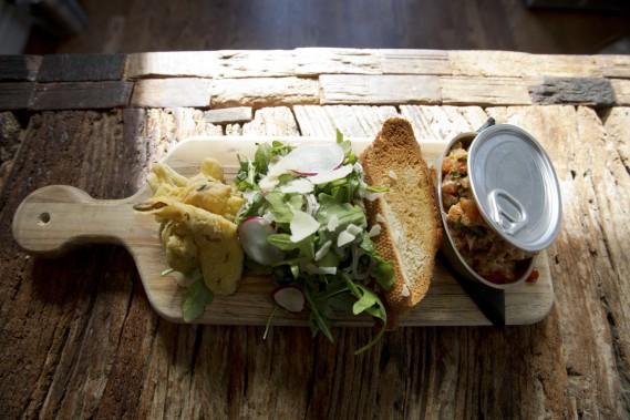 Les classiques du bistro Le Côte - tartare au couteau, bavette, côtes levées, fish and chips, moules - sont présentés de façon éclatée, avec un soin particulier. (PHOTO FRANÇOIS ROY, LA PRESSE)