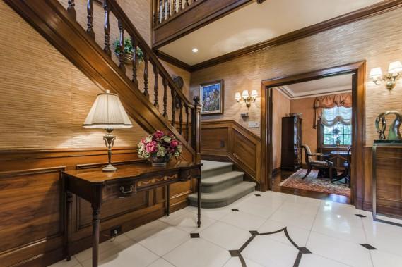 La grande pièce de l'entrée est couverte de papier peint en paille de bambou ajouté par les Cohen. Ils ont aussi refait le carrelage du sol. (Photo fournie par Sotheby's International)