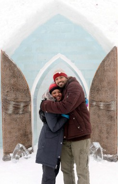 Les New-Yorkais Wilmina Landford et Randall Hudgins ont visité l'Hôtel de Glace lors de son ouverture, samedi. (Le Soleil, Erick Labbé)
