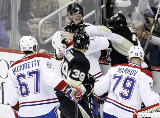 Bataille entre Brendan Gallagher et Steve Downie durant la première période. (Photo Tom E. Puskar, AP)