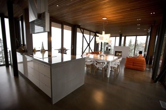 Située à l'étage supérieur, la plus grande pièce de la maison est occupée par le salon et la cuisine. Elle est nichée à 517 m d'altitude. (Photo François Roy, La Presse)