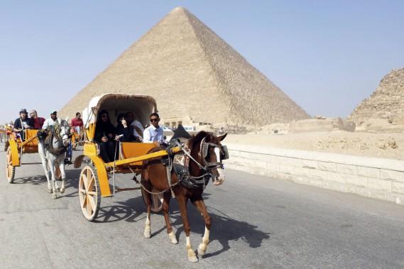 Parmi les premiers arrivés sur place ce matin-là, des touristes égyptiens ou des autres pays arabes de la région venus admirer les célèbres tombeaux des pharaons. (Photo Arm Abdallah Dalsh, Reuters)
