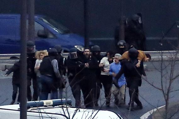 Des policiers d'élite évacuent les otages de l'épicerie casher, après avoir donné l'assaut. (PHOTO THOMAS SAMSON, AFP)