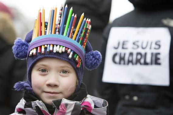 Plusieurs familles ont bravé le froid pour se rassembler en soutien à la France. (Photo Robert Skinner, La Presse)