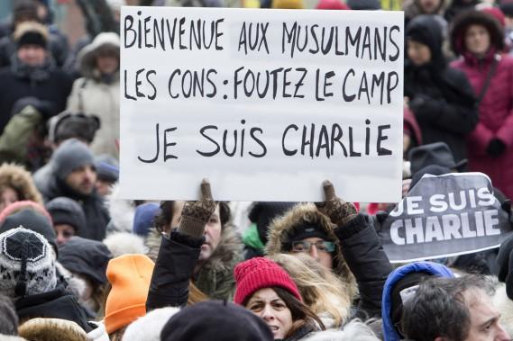 Outre les incontournables affiches «Je Suis Charlie», des drapeaux canadiens, français et québécois flottaient ensemble au coeur de la marche. (Photo Robert Skinner, La Presse)