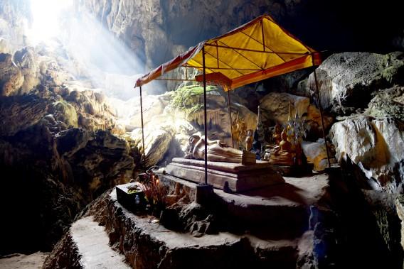 La grotte sacrée de Phu Kham et sa statue de Bouddha couché. (PHOTO ÉLYSE LÉVESQUE, COLLABORATION SPÉCIALE)