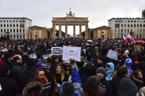 Rassemblement devant la porte de Brandenburg, à Berlin. (Agence France-Presse)