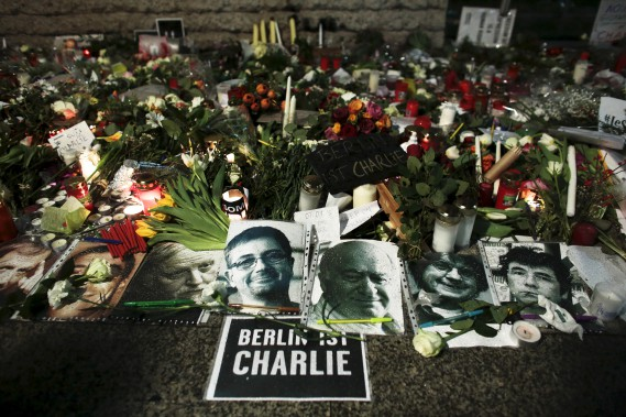 Les photos des victimes ont été disposées sur le sol avec des gerbes de fleurs, à Berlin. ()
