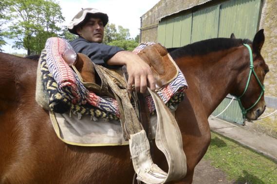 Seller le cheval <em>criollo</em> n'est pas une mince affaire, avec toutes ces épaisseurs! (Photo Federico Cabrera, collaboration spéciale)