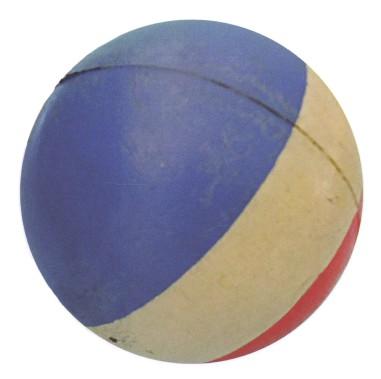 Cette balle bondissante de caoutchouc bleu-blanc-rouge était un jouet simple et abordable. (Photo tirée du livre Du bolo au G.I. Joe. Jouets au Québec 1939-1969)