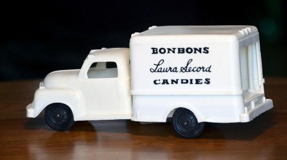 Certains jouets, comme ce camion delivraison en plastique, faisaient référence à divers métiers. (Le Soleil, Jean-Marie Villeneuve)