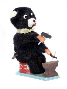 Un ourson forgeron, c'estchouette, non? (Photo tirée du livre Du bolo au G.I. Joe. Jouets au Québec 1939-1969)