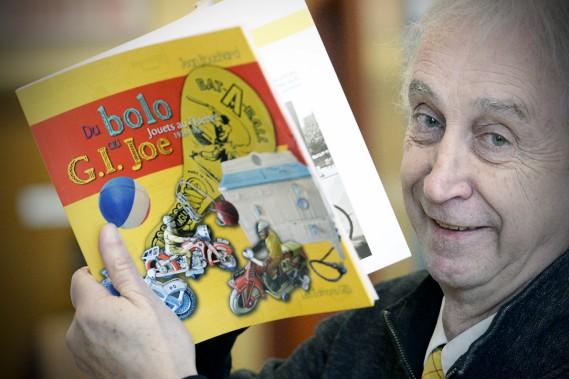 «Je transporte une partie de notre histoire», philosophe Jean Bouchard, auteur d'un livre à la fois ludique et instructif sur les jouets, qui sera en librairie au début de février. (Le Soleil, Jean-Marie Villeneuve)
