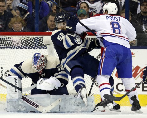 Brandon Prust malmène David Savard devant le filet adverse. (AP)