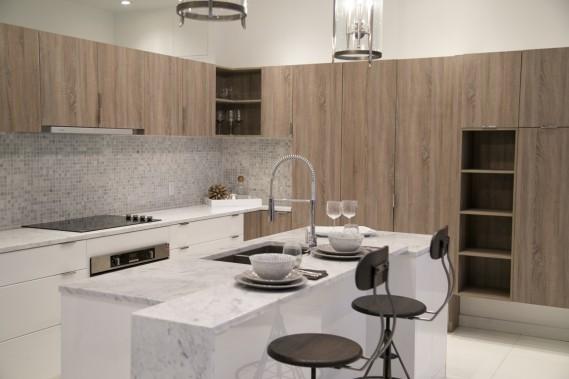 Les cuisines seront toutes en forme de L et comporteront un vaste îlot. Les plans de travail pourront être en marbre ou en quartz. (Photo David Boily, La Presse)