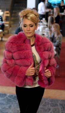Dans un style plus jeune et urbain, Inukt fait tourner les têtes avec son blouson de fourrure rose! (Le Soleil, Erick Labbé)
